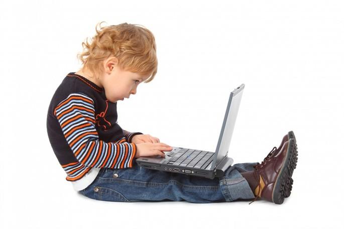 ребенок с ноутбуком